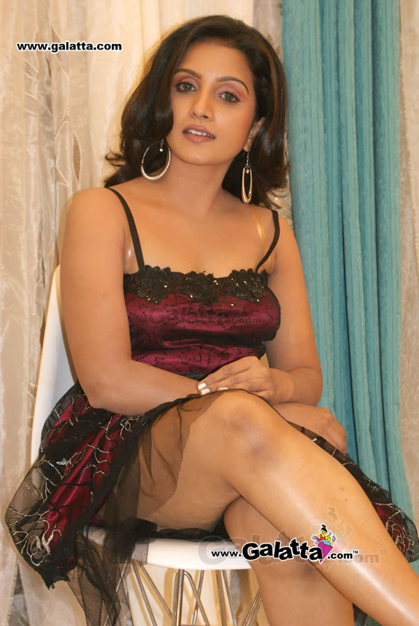 Tamil Tv Actress & Anchor Ammu Expose Her Sexy Yummy Thigh